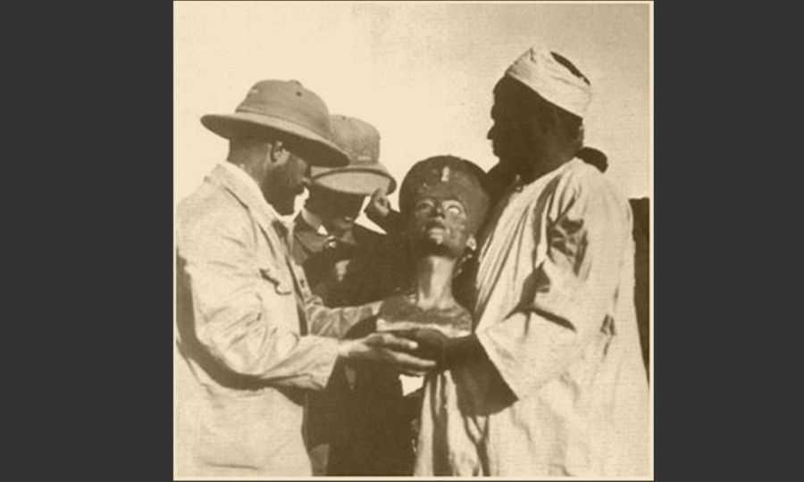 Photo d'un moment : la découverte du buste de Néfertiti